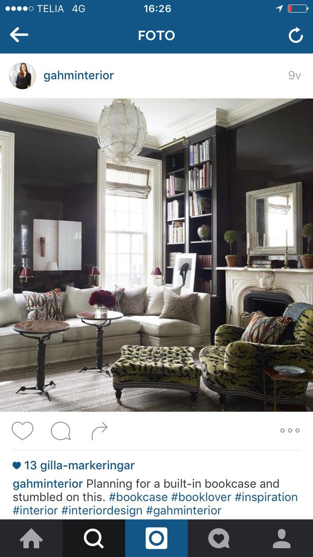 Bygga platsbyggd bokhylla invid en soffa.