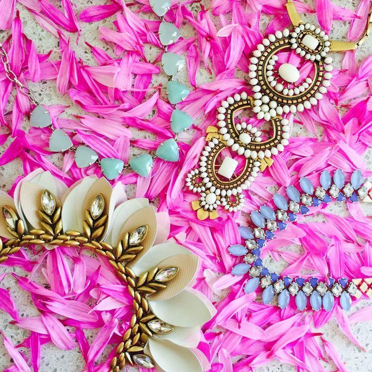 Collane Donna 2016-2017  La bigiotteria è da tempo diventata un accessorio popolare che permette di perfezionare qualsiasi outfit senza spendere grandi somme. E' un motivo per cui, ormai da diversi anni, tra gli accessori più di tendenza spiccano gioielli grandi, massicci e colorati.