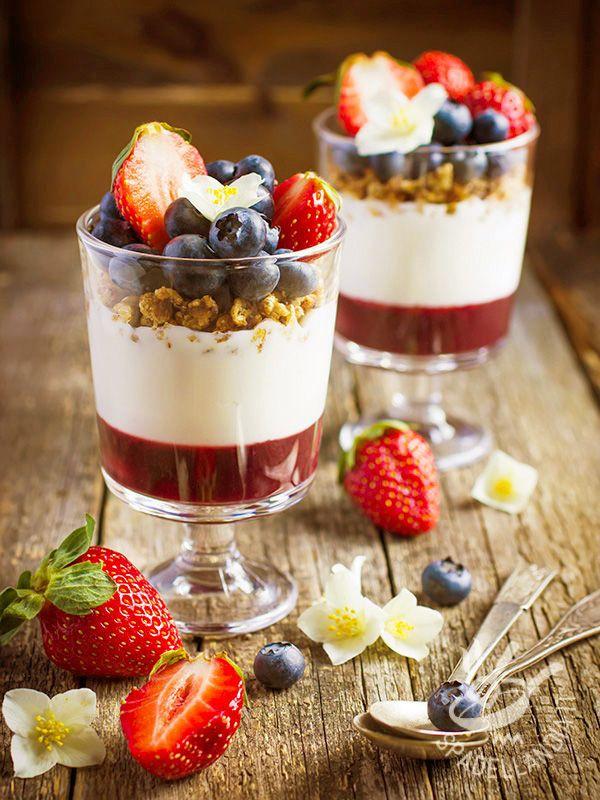 Cups with mousse with strawberries and yogurt - Le Coppette croccanti con mousse alle fragole, yogurt e mirtilli sono un'idea golosa, semplice e delicata, per iniziare la giornata al meglio!