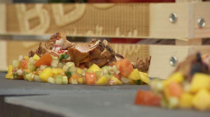 BBQ recept voor Mango-Papaja salade met gegrilde varkenshaas van grill-meester Ralph de Kok. Lees hier meer recepten voor een culinaire barbecue.