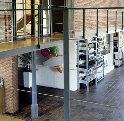 Loft con pareti decorati con pannelli in finta pietra, modello mattone bicolor.