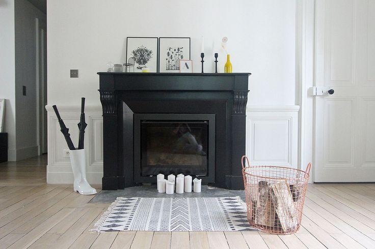 Toute en noir, cette cheminée en impose dans le salon. Plus de photos sur Côté Maison http://petitlien.fr/7da8