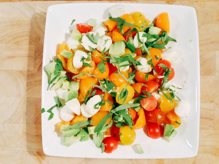 Recept voor tomatensalade met avocado en mozzarella bolletjes. Heerlijk fris en kleurrijk. Erg makkelijk om te maken en een feest om te zien.