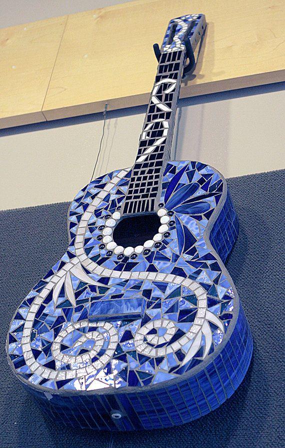 Mosaic Guitar by TheStudioatRushCreek on Etsy, $295.00 PRECIOSA GUITARRA LA MUSICA NO TIENE FRONTERAS NI COLORES NI RAZAS ES PARA TOD@S ATTE E. HAAS
