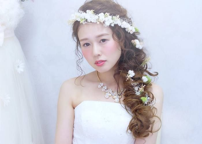 \花嫁ヘアの可愛さ3割増し*/ティアラ&花かんむりの【ななめがけ】が流行ってるらしい♡のトップ画像
