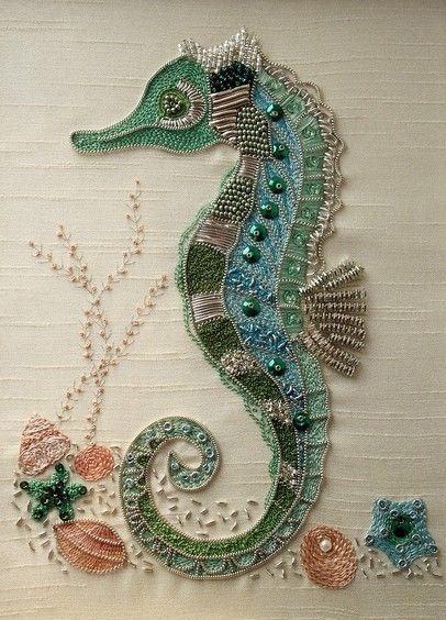 布面珠绣海马,布纹当了水纹,真是巧心思。zeepaardje met parels of geborduurd !