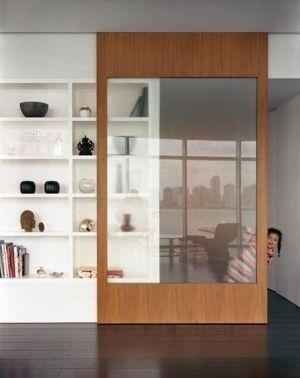 Puertas correderas de estantería hecha de madera de color claro por LittleJo