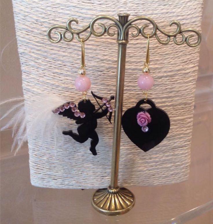 Orecchini Cupido in rosa. Kit disponibile sul sito www.gioieecolori.it