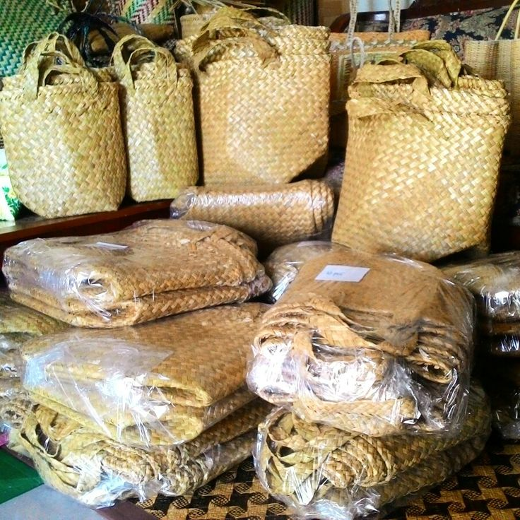 Traditional Purun Bags.   Ada wangi yang menyerbak khas rumput purun setelah tas-tas ini 'dimandikan' kemudian dijemur hingga kering.   Wangi khas rumputnya makin kuat. Wangi yang menenangkan. Seperti aroma therapy. Mengingatkan pada wangi dari daun yang membungkus kue basah khas camilan Indonesia saat diangkat dari panci kukusan. Wangi yang Indonesia bangetttttt.   Purun, wangi khas rumput yang Indonesia banget.    #Purun #Traditional #Natural #IndonesiaBanget #Banjarbaru #Borneo