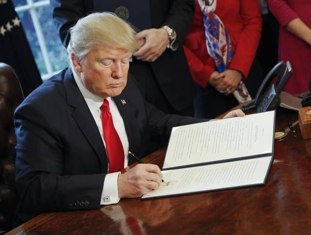 Presiden Donald Trump Tinjau Ulang Dodd Frank https://malangtoday.net/wp-content/uploads/2017/02/trump-dodd-frank.jpg MALANGTODAY.NET – Presiden Amerika Serikat Donald Trump telah mengambil langkah awal untuk melakukan peninjauan ulang terkait peraturan tentang jasa keuangan. Dilansir dari bbc.com, Sabtu (4/2), Trump menandatangani sebuah penawaran eksekutif untuk meninjau peraturan keuangan Dodd Frank... https://malangtoday.net/flash/internasional/presiden-donald-trump