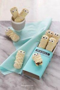 """I vostri bimbi sono stati invitati ad una festa per Halloween e volete un'idea facile e veloce per un dolcetto scherzoso e """"terrificante""""? In 5 minuti faremo i biscotti per Halloween: Mummie di pavesini. Super facili e carinissime, le mummie di biscotto faranno la gioia dei picco"""
