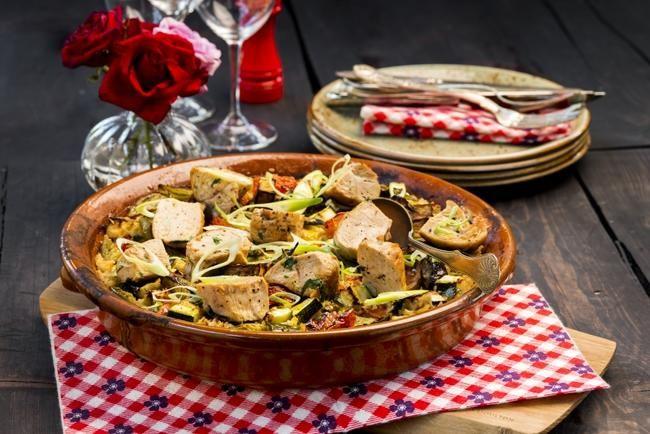 Kyllingpanne - en rykende varm og fantastisk god middag med en saftig miks av ris, rosiner og grønnsaker.