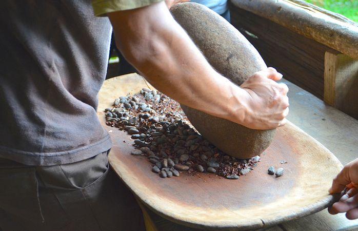 Granos de cacao molidos a mano.