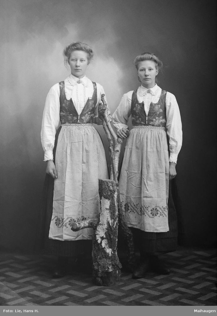 17.02.1908. Borghild og Anne Lunde. Gruppebilde, kvinner i rondastakk