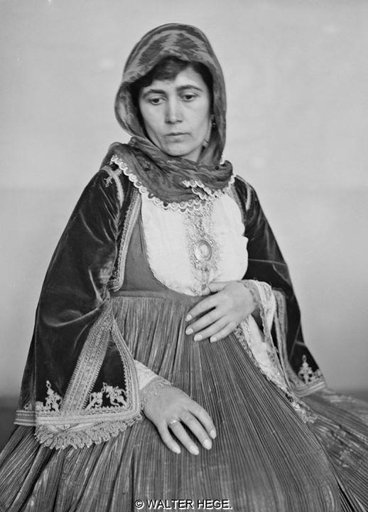 """Γυναίκα με ελληνική φορεσιά 1928-1935 Φωτογράφος Walter Hege Αρχείο Bildarchiv Foto Marburg (Liza""""s Photographic Archive of Greece)"""