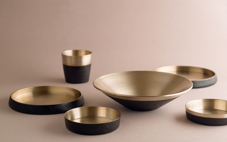 This collection promotes a simple but bold line that makes the food contained look better. It is intended for those who have an inclination toward modern and simple design. This collection is comprised of one large-sized bowl for various purposes and two plates of different sizes.