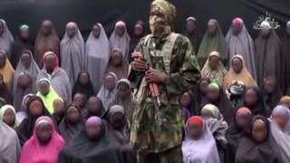 Image copyright                  AFP                  Image caption                                      El grupo islamista Boko Haram ha utilizado a las menores en sus videos propagandísticos.                                El ejército de Nigeria informó este sábado que una de las niñas secuestradas por el grupo insurgente Boko Haram en 2014 fue hallada co