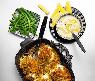 FISK MED FRASIGT TÄCKE Torsken får ett täcke av paprikapulver, ströbröd, persilja och ost innan den bakas i ugnen. Den serveras sedan med en kall sås av gräddfil och citronskal, haricots verts och kokt potatis.
