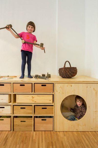 astucieux la création d'une plateforme en hauteur pour cacher en dessous les rangement, et un coin cabane... nécessite belle hop