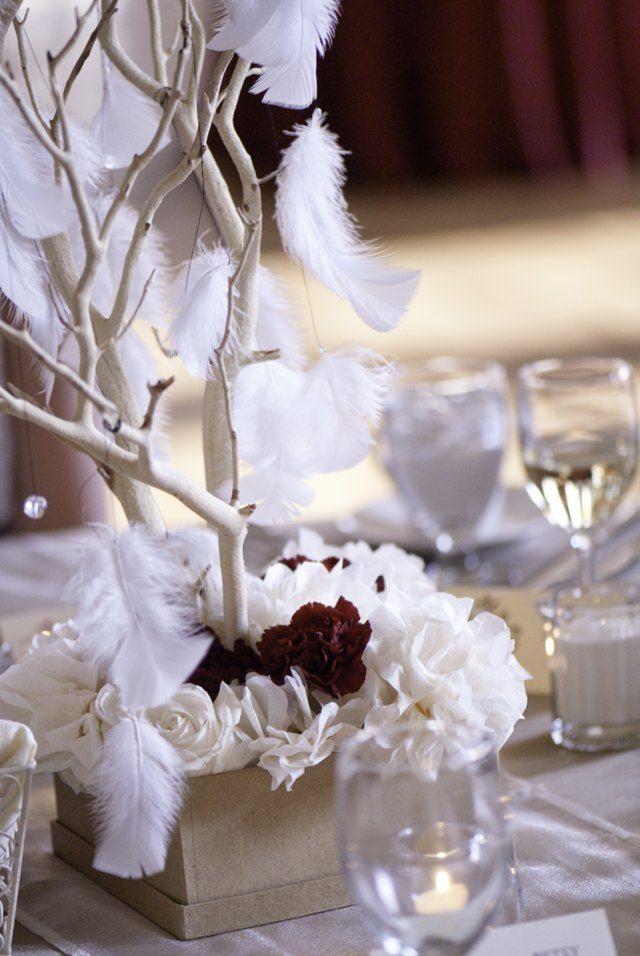 Design der Tischdekoration aus weißen Federn