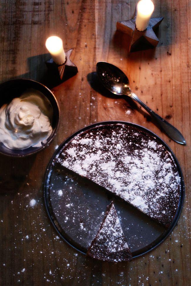 [ Pepparkakskladdkaka ] 3 ägg / 3½ dl strösocker / 1 tsk vaniljsocker / 5 msk kakao / 2-3 tsk pepparkakskryddor (färdiga påsar, 2 tsk för mildare smak) / 2 dl vetemjöl / 150 g smält smör | Ugn 175°. Smält smöret, låt svalna. Rör ihop ägg och socker (vispa inte), blanda de torra ingredienserna och rör ner i smeten. Rör sist ner smöret. Bred ut smeten i rund smörad form, grädda ca 20 min. Den ska fortfarande vara lite lös i mitten.
