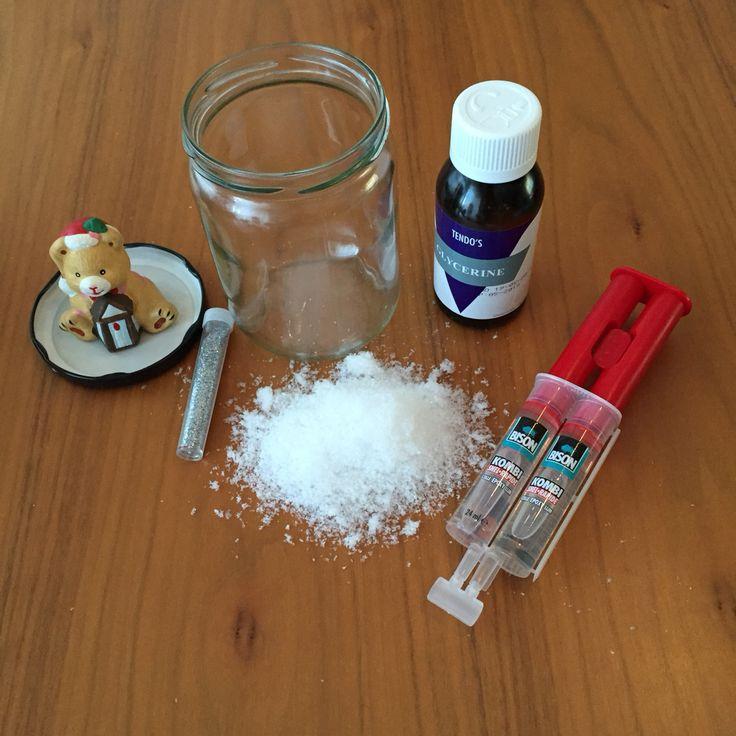 Zelf een schudbol maken! Deel 1  Schone glazen pot met deksel, waterbestendig figuur, glycerine, 2-componentenlijm en sneeuw en/of glitters