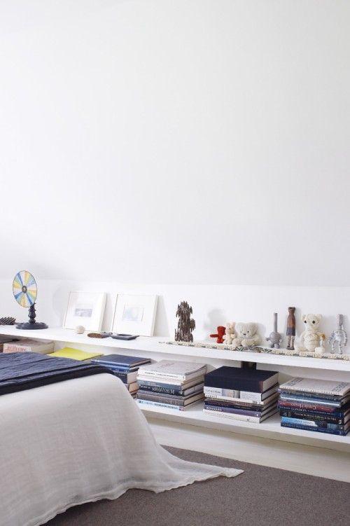 En un dormitorio abuhardillado, un espacio bajocubierta con distintas alturas y ángulos, la pendiente del techo puede crear rincones que con prácticas ideas y soluciones de decoración podrás aprovechar al máximo. En un dormitorio en una buhardilla en la zona en la que el techo tiene menos altura e impide colocar muebles, podrás aplicar una …