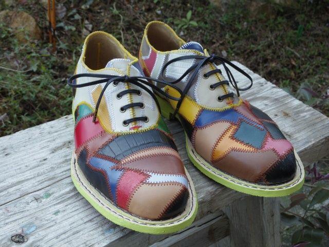 ハンドメイド大賞2016応募作品作品を作る時に出るハギレ・・・何かに使えないかなぁ。から生まれたオールパッチワークの革靴です。1パーツづつ型を取りパズルのようにはめ込んでいくという手作りでしか出来ない靴に仕上がりました。中敷きもパッチワークし、チラッと見えるソールにまでこだわりました。全く同じ作品は2つは作れません。サイズ26・0cm