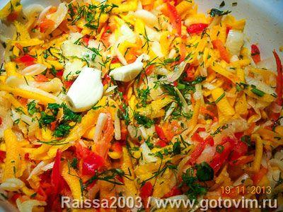 Овощной салат с тыквой. Фотография рецептатыква; редиска белая; сладкий перец; сельдерей корневой; морковь; свежая зелень; зеленый лук; для заправки: сметана; чеснок; соль.