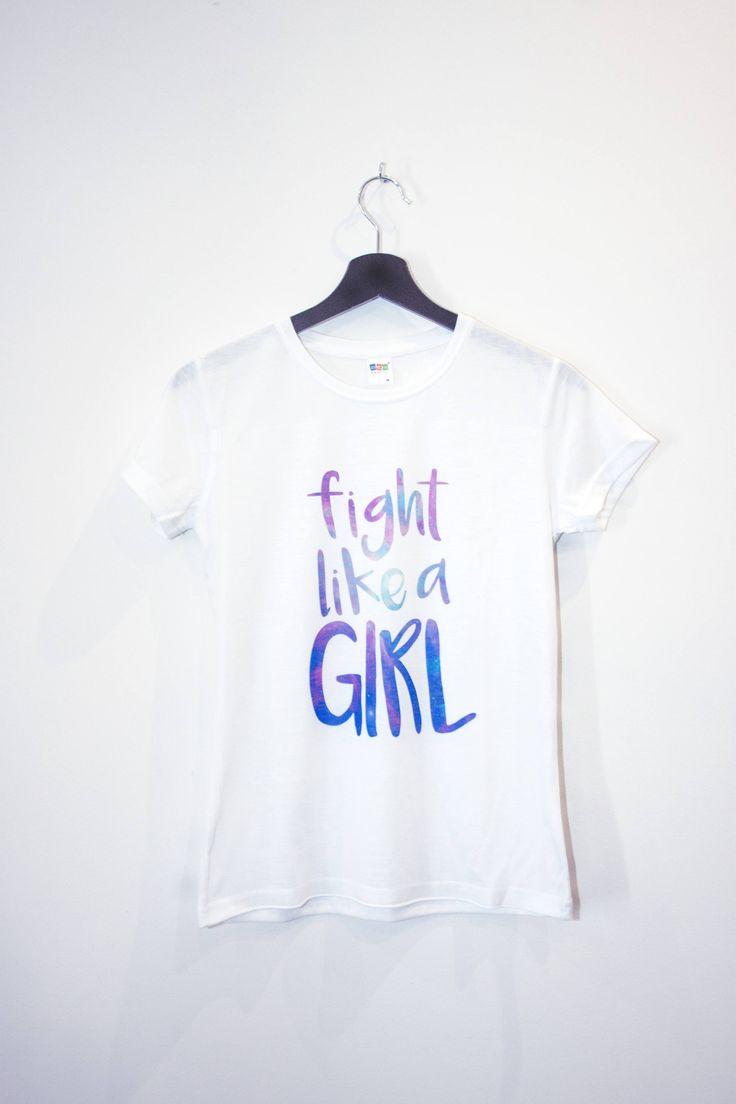 Se battre comme une fille!  Une grande citation féministe, une belle typographie et une texture fraîche galaxie! Tout en un incroyable tee.  Notre design a été imprimé sur une chemise en polyester breatheable qui se sent comme un coton un. Il est vraiment doux et confortable. C'est un t-shirt sublimé si l'impression se confond avec le tissu et vous ne sentirez pas n'importe quelle «étiquette» ou «vinyle» si vous le touchez.  C'est un tee-shirt très ajusté, si vous êtes douter entre…
