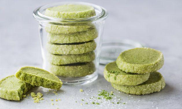 Matcha-Guetzli: Butter rühren, bis sich Spitzchen bilden. Puderzucker, Matchapulver, Vanillezucker und Salz zugeben, rühren, bis die Masse hell ist. Mehl ...