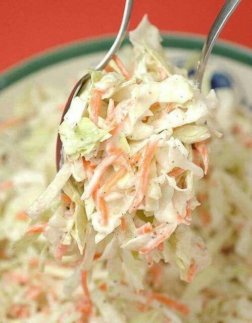 Coleslaw (ensalada de repollo americana) Excelente para acompañar la receta del pollo frito + Ingredientes 1/2repollo blanco 2zanahorias 1cebolla 1manzana verde salsa 100 gmayonesa 50 gcrema de leche 1 cdamostaza 2 cdsvinagre de alcohol 1 cdaazúcar sal y pimienta a gusto 1 Pasos Cortar el repollo en laminas bien finas (mejor con mandolina). Rallar la zanahoria y la manzana. cortar la cebolla en pequeños cubos (cuanto mas chicos mejor).