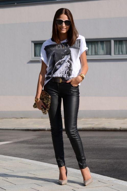 Casual look: Graphic oversize tee on leather skinnies