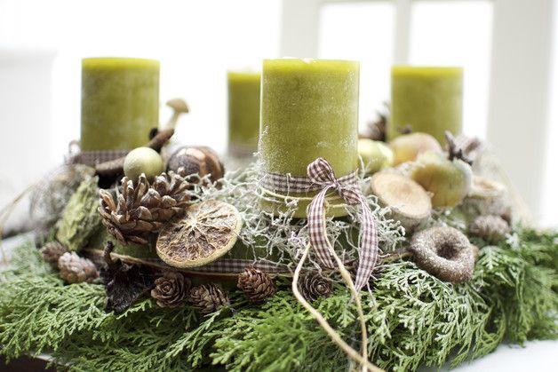 Aus wundervollen Naturmaterialien gefertigter Adventskranz,in Naturtönen,klassisch grün. Der untere Kranz aus Thuja ist frisch, darüber ein Kranz mit Wollfilz umwickelt. Mit 4...
