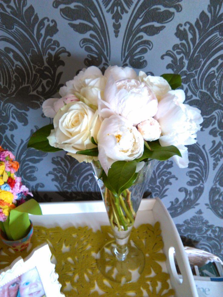 eenvoudig wit, witte pioenrozen, dikke witte rozen, appelblad