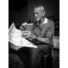 [フリー画像素材] 人物, 老人, おじいちゃん / おじいさん, 煙草 / タバコ, 新聞, キューバ人, モノクロ, 葉巻 ID:201312300400