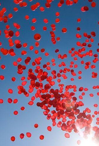 Para una boda en rojo: suelta de globos inflados con helio #bodas #ideasparabodas #globos