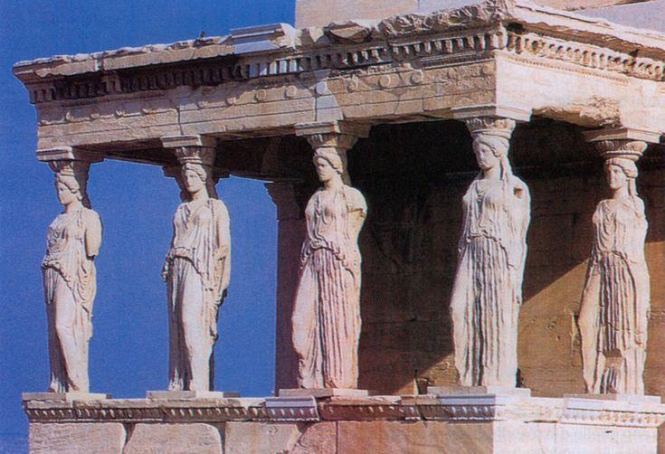 """Tempio di Eretteo, Atene. Costruito in sostituzione del tempio arcaico (VI secolo a.C.) di cui restano le fondamenta tra l'edificio più recente e il Partenone;  in epoca romana il nuovo edificio prese il nome di """"Eretteo"""", dall'appellativo di Poseidone. Il tempio si compone di un corpo rettangolare anfiprostilo, con sei colonne ioniche sulla fronte a est; a ovest gli intercolumni  sono chiusi da 7 murari con ampie finestre e le colonne sopraelevate sul muro costruito per superare il…"""
