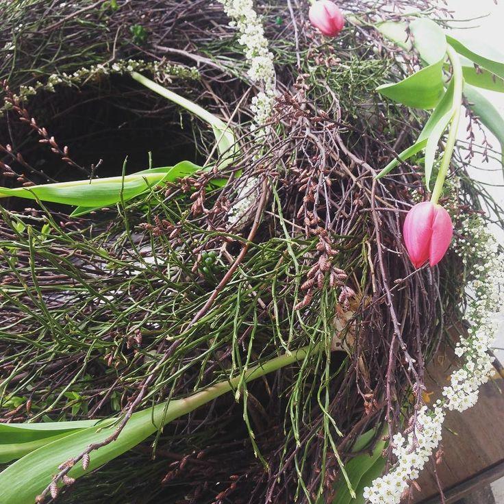 Today is open day at my atelier and I will show some wreath making and other spring flower arrangements.  #floristikkurs #makerspace #springfloristry #blumenatelier #madewithlove #imatelier #schweizerhandwerk #tulpen