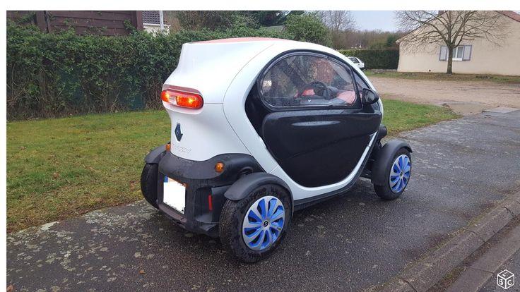 Twizy 80 color pack Rechargeable par une simple prise de courant 220V (Pas besoin de station de recharge spécifique). Elle se conduit très simplement, très peut encombrante (se gare quasiment partout), pas de passage de vitesse, ne demande quasiment aucun entretien, pas de passage au contrôle technique pour cette voiture, aucun bruit, 1,50€ environ le plein ! Ce véhicule nécessite un permis de conduire. Autonomie : 90/ 100 Km Temps de charge : environ 3h. 2 places.