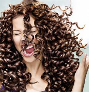 12 consejos sencillos para tratar y cuidar del cabello rizado seco y dañado.  Consigue un cabello rizado saludable, suelto e hidratado.