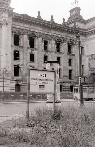 """Berlin   Geteilte Stadt. DDR-Zeichen. """"Ende der"""" demokratischen """"Sektor 36 Meter hinter dem Brett. Die Straßenbahn in Ost-Berlin liegt, während der Reichstag in West-Berlin liegt"""