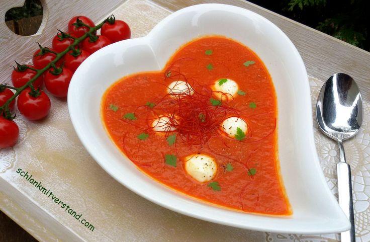 Tomatensuppe mit Mozzarella low carb Eine Tomatensuppe kochen ist im Grunde nicht schwer… aber diese hier ist besonders lecker und aromatisch. Die wichtigste Zutat; die Tomaten müssen schön …