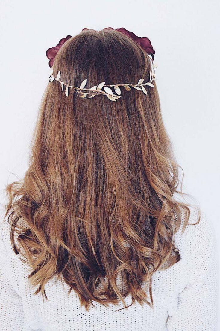 Die schönsten Haar Inspirationen für die Weihnachtszeit. Tutorial: Einfache und festliche Frisuren für Weihnachten. Schnelle Festfrisuren zum Nachstylen. Einfach, easy, schnell. DIY Festfrisuren. Locken, Wellen, Beach waves, brünett, blonde Strähnen, Balayage. Goldfarbene Flowercrown #hair #hairstyle #christmashair #festive #weihnachtsfrisuren #frisuren #blond #brunette