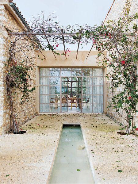 Un patio con pérgola