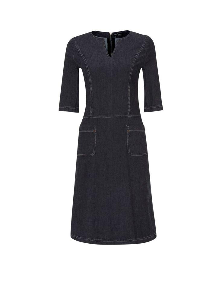 60's geïnspireerde denim jurk Linda van LaDress sluit mooi aan, heeft een ronde hals met V-uitsnede, halflange mouwen en een flatterende A-lijn rok met steekzakjes. De jurk sluit met een opvallende rits aan de achterzijde.