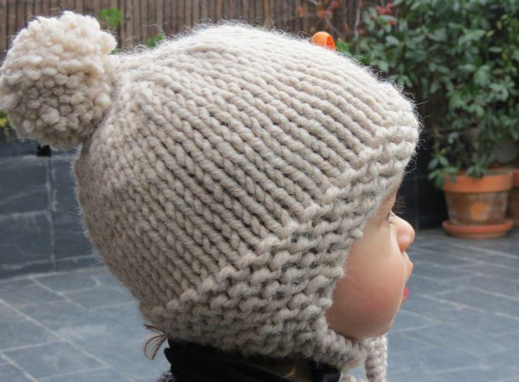 Para todas las que nos estabais pidiendo un gorro con orejeras y pompón para proteger del frío a los peques de la casa.
