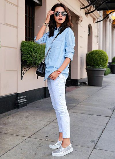 ブルーデニムシャツ×白ケミカルウォッシュジーンズのコーデ(レディース)海外スナップ | MILANDA