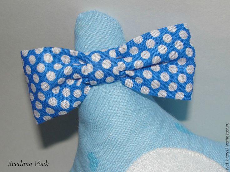 Сегодня я расскажу вам, как сшить симпатичную совушку из хлопка. Шьется она быстро, всего 1,5 -2 часа свободного времени и красивая необычная игрушка готова. Такая совушка украсит интерьер или станет оригинальным подарком для детей и взрослых. Для работы вам потребуется: - хлопок 2 расцветок. У меня голубой с сердечками и синий в горошек; - фетр. Белый для глаз и жёлтый для клюва; - 2 небольшие…