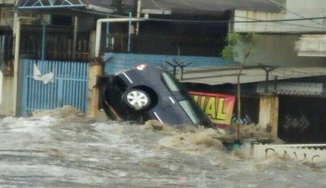 Selain merusak infrastruktur warga Bandung, banjir baru-baru ini sempat seret dua mobil warga dengan kerusakan cukup parah. Lebih lengkapnya simak di sini!